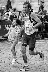 Uno scatto della Maratona di Praga (iAndre_p) Tags: pictures street family light people bw beauty set canon photography eos photo shoot photographer child prague image marathon picture streetphotography praga pic images shooting streetphoto bianconero corsa maratona gara smyle competizione 18135mm canon60d canonitalia lightroom4 photoshopcs6