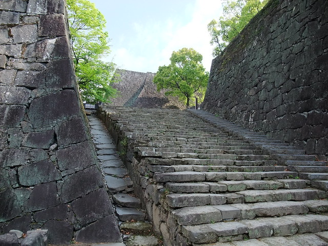 広大な敷地の石畳を進み|熊本城公園