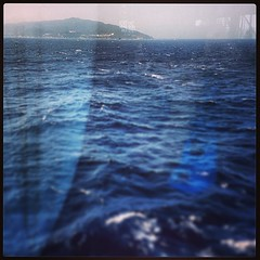 窓の向こうに足摺岬。 ところで、巨大客船だろうとなかろうと、海の上では揺れるものですな。 いや、きっと小さな船に比べたら、これでも「ほぼ揺れてないに等しい」のかもしれないけど…。
