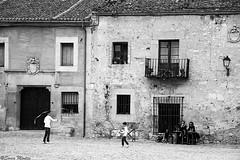 (Sonia Montes) Tags: plaza byn blancoynegro canon nios juego calles pedraza