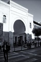 Mercado Atarazanas ( Malaga ) (galileo1657) Tags: espaa canon calle puerta central andalucia bn personas mercado asfalto malaga nazari galileo1657