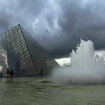 Pyramide du Louvre - Paris (France) EXPLORED