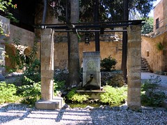 Une ravissante fontaine (Raymonde Contensous) Tags: rhodes grèce fontaines ruedeschevaliers