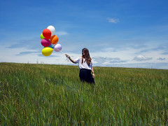 (Lidia Cozar) Tags: blue red sky orange white blanco colors girl yellow azul rojo chica balloon meadow colores amarillo cielo prado globos naranja