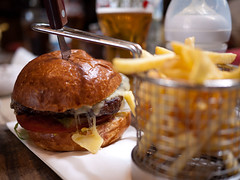 Burger (Dahrth) Tags: london beer pub bokeh frites frenchfries cheeseburger hamburger londres bire pornfood thebuildersarms microfourthirds panasoniclumixgf1 lumix20mm 20mmpancake gf120 lumixmicroquatretiers lumix43