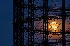 Vollmond durchs Schneberger Gasometer (M. Schirmer Berlin) Tags: berlin gasometer schneberg mond vollmond erdbeermond honeymoon sommersonnenwende sonnenwende nacht midsommar moon