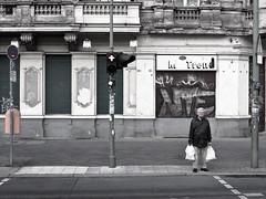 Rote Ampel (kohlmann.sascha) Tags: street people house man trafficlights building berlin window de lens deutschland photography fotografie traffic balcony balkon fenster streetphotography haus technik menschen shutters roadsign mann technique trafficsign verkehr ampel gebude voigtlnder verkehrsschild mensch wohnhaus rolltop objektiv rollladen residentialbuilding commercialbuilding strase geschftshaus streetfotografie strasenfotografie trafficroadsign nokton25mm1095 ser8141040
