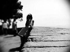 Volterra (Pisa) 2002 (OLDLENS24) Tags: italy sun tree muro against girl stone wall vent soleil al italia dress wind little robe tuscany di belvedere toscana sole albero pietra arbre leaning italie vento bambina belvédère vestito appoggiato {vision}:{outdoor}=099