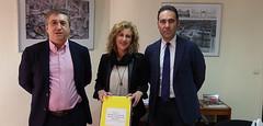 Entrega firmas contra el cierre aula Infantil C.E.I.P Felicidad Bernabeu