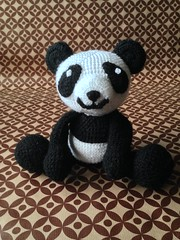 Panda amigurumi, peluche en vente ici: http://m.alittlemarket.com/#product/display_product_details/12807373 (mumukafrine) Tags: tricot diy panda crochet alm amigurumi product animaux doudou peluche faitmain