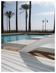 Hamacas blancas.. (margabel2010) Tags: blanco palmeras farolas piscinas horizontes pescola hamacas cieloytierra blancoyazul aparthoteles