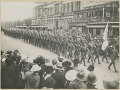 Soldiers marching, King William Street, Adelaide, c1917 (State Library of South Australia) Tags: wwi flags worldwari adelaide worldwarone soldiers kingwilliamstreet generalpostoffice aif criterionhotel 27thbattalion 27thinfantrybattalion johnlindsayross