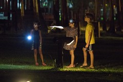 Juegos nocturnos (LeoNardo 316) Tags: girls luz boys noche sebastian juegos nios nias jungen nightgames linterna lightgames juegosnocturnos juegosconluces