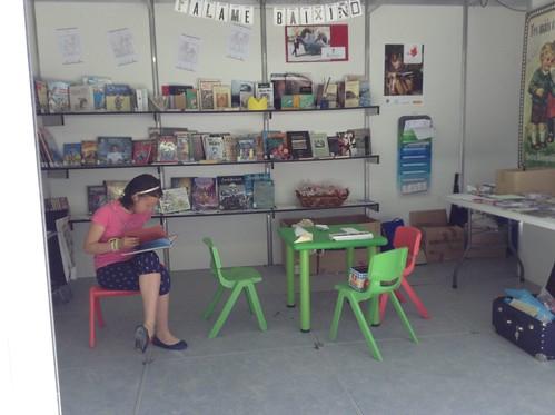 Lendo no stand bibliotecario