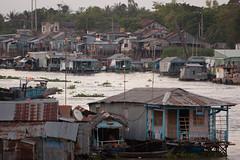 Chau Doc (loonatic) Tags: houses roof holiday travelling water boat vakantie rooftops houseboat vietnam mekongdelta floatingvillage huizen reizen daken chaudoc drijvenddorp