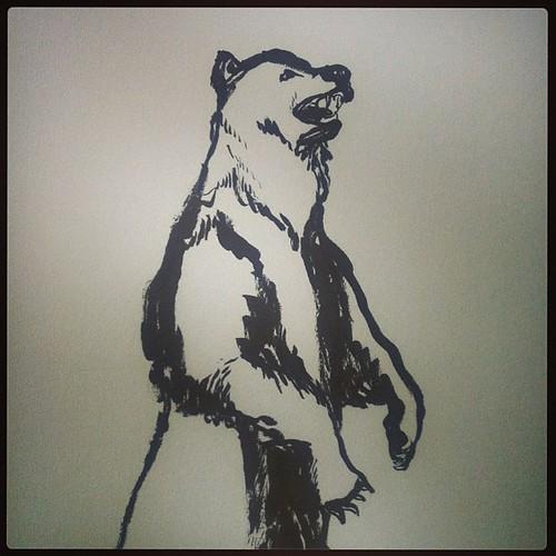 Какой-то медведь в лобби гостиницы.
