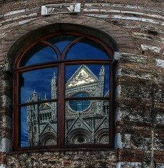 Windows of Siena (Elliott Bignell) Tags: italien italy reflection window italia cathedral dom tuscany siena duomo toscana italie toskana