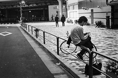 Tokyo No. 03120 (Sebastian (sibbiblue)) Tags: japan analog photography tokyo streetphotography 35mmfilm  canonae1 kodaktx400 keiyostreet