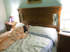 Child sleeping in grandparents' bed (Carlos Ciudad - Stock Photography) Tags: madrid christmas old sleeping españa childhood canon photography navidad kid bed spain europe nap foto child sleep room 4 antigua tired grandparents blanket siesta rest years cama dormir infancia niño manta cansado abuelos gettyimages descanso mesilla años habitacion clasic bedsidetable clasica s95 casadelosabuelos cctrillastock
