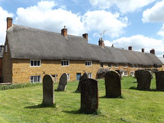 Ironstone Cottages in Cropredy, Oxfordshire, 15 May 2016 (AndrewDixon2812) Tags: grave pub village cottage gravestone thatch churchyard oxfordshire banbury cherwell thatched redlion ironstone cropredy banburyshire