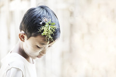(cherco) Tags: light portrait cute verde green luz girl beauty canon retrato nia 5d myanmar lovely inocecia