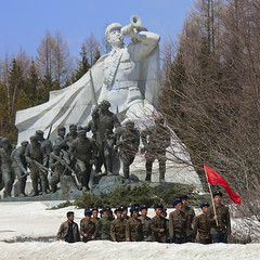 GRAND MONUMENT EN FACE DU MONT PAEKTU A SAMJIYON, COREE DU NORD (Eric Lafforgue Photography) Tags: red people snow cold color colour monument architecture square rouge person asia propaganda flag bluesky korea communism asie neige coree froid personne couleur humanbeing communisme northkorea drapeau redflag dprk propagande cielbleu carre colorpicture squarepicture drapeaurouge democraticpeoplesrepublicofkorea mountpaektu samjiyon grandmonument etrehumain coreedunord rpdc mountbaekdu republiquepopulairedemocratiquedecoree montpaektu ryanggangprovince imagecaree
