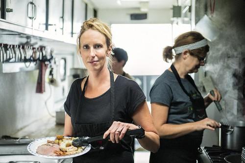 Female Kitchen Staff Working / Travailleuses en cuisine au travail