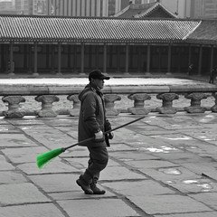 Green Broom Man (Mondmann) Tags: blackandwhite bw man green walking asia palace korea korean worker southkorea laborer broom rok gyeongbokgung gyeongbokpalace  sweeper eastasia republicofkorea joseondynasty kyungbokpalace greenbroom mondmann nikond7100