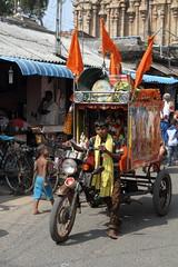 Une annonce haute en couleurs (Chemose) Tags: india canon temple eos colours loudspeaker tricycle january 7d janvier couleur tamilnadu inde southindia megaphone trichy tiruchirapalli ranganathaswamy hautparleur sriranganathaswamy indedusud