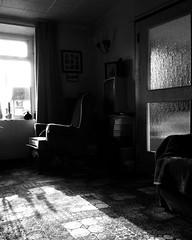Ystafell dawel (Rhisiart Hincks) Tags: blackandwhite bw blancoynegro quiet silent lounge sunny livingroom blancinegre blancetnoir heulog duagwyn lolfa llonydd isiltasun czarnobiae tawelwch zuribeltz feketefehr tawel dubhagusbn gwennhadu siyahvebeyaz sioul  distaw juodairbalta schwarzundweis  ernabl grianach mustajavalkoinen  crnoibelo araul melnsunbalts distawrwydd eguzkitsu negruialb dubhagusgeal heoliek  rnoinbelo zwartenwit didrouz saldegemer ystafellfyw