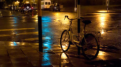 bike (Fer Gonzalez 2.8) Tags: street leica rain bike night locked mdq leicadlux4
