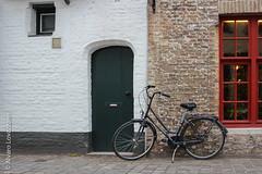 Brujas - Bruges (Alvaro Lovazzano) Tags: belgica canon viaje2014 t3i viaje blgica belga bicicleta bike puerta door porta calle strada street fachada facciata facade flanders flandes belgium bruges