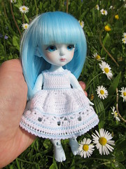 Sitting on my hand (Smilga2008) Tags: blue snow yellow queen miel latidoll lati