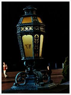 Lamp in Front of Suzzallo Library / Lámpara en frente de la biblioteca Suzzallo