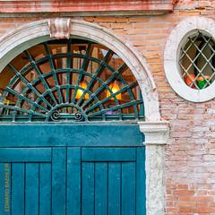 Venedig (Edi Bhler) Tags: italien building brick facade fenster structure bauwerk venezia gebude fassade gitter tre backstein veneto zerfall 28300mmf3556 nikond3s structuredetail bauwerkdetail