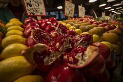 pomegranate (Nullality.Nu) Tags: seattle food cat canon stand washington sigma pomegranate wideangle bakery fruitstand 8mm oki publicmarket superwideangle 816mm