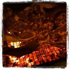 No hay nada mejor para quitar el frio que un buen fuego y como no hay que dar dos viajes se aprovecha para unas chuletitas !!!!