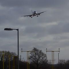 wylie_heathrow land 1 (ianwyliephoto) Tags: london aircraft bumpy landing approach winds runway gusts pilot heathrowairport skill 27l