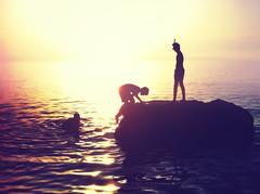 Siluetas (Japo Garca) Tags: amigos sol atardecer mar agua jugar escalar olas isla bao siluetas amistad horizonte reflejos islote fotografa ocano bucear