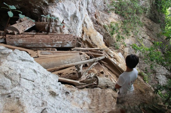 Nhiều quan tài nằm chênh vênh trên vách đá