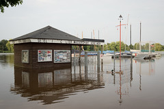 Hochwasser am Aasee (sebastian_bocholt) Tags: duck flood sony ente segeln segelboot mnsterland hochwasser aasee segelboote boothaus bocholt alpha68 wasserportverein