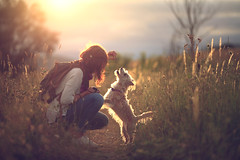 Unfocused games (Gure Elia) Tags: samyang135f2 sunset dog girl portrait navarra contraluz backlight bokeh game juego canoneos5dmarkii