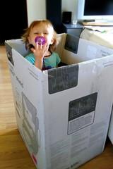 Coucou ! (Doonia31) Tags: enfant fille cachette carton jeu sucette bb sourire
