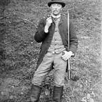 Homme fumant la pipe (début 20ème siècle) thumbnail