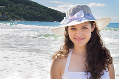 Daniele Couto (Leandro R. Barbosa) Tags: brazil portrait woman sun sol praia beach brasil lady photography mar nikon retrato mulher greeneyes linda mulheres santacatarina chapu olhosverdes acaradobrasil debranco nikond3100 brasilemimagens