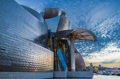 Museo Guggenheim (Javier Arcilla) Tags: azul atardecer arquitectura pentax bilbao nubes museo atardeceres moderno moderna k50 pentax1855mm pentaxk50 guggenheimcielo