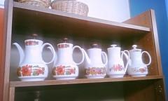 1 Regal, 5 Kaffeekannen, 3 Krbe (martini_bianca) Tags: sammlung kaffee kannen kaffeekannen gebraucht vintage 70er 1970 blumenmuster retro martinibianca