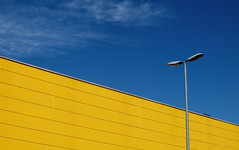 giallo canarino (Rino Alessandrini) Tags: urbano periferia astratto diagonale industriale lampione cielo giallo blu magazzino abstract urban periphery industrial lamppost diagonal yellow sky blue stock