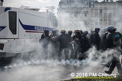 Manifestation nationale  Paris contre la Loi travail - 14.06.2016 - Paris - IMG_5036 (PM Cheung) Tags: paris demo frankreich police demonstration polizei proteste manif manifestation bac sncf crs arbeitsmarktreform cgt 2016 csgas wasserwerfer labac krawalle trnengas ausschreitungen franoishollande auseinandersetzungen polizeiprfektur blockaden confdrationgnraledutravail 14juin compagniesrpublicainesdescurit pmcheung euro2016 gewerkschaftsprotest parisdebout blockupy facebookcompmcheungphotography esplanadeinvalides myriamelkhomri mengcheungpo loitravail nuitdebout mobilisationnorme manifestationnationalepariscontrelaloitravail lesboches soulevetoi manifestationnationaleparis 14062016 landesweitegrosdemonstrationgegendiearbeitsmarktreform loitravail14062016 antagonistischenblock dmosphre