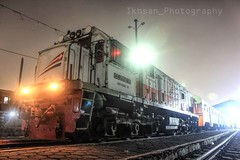 Nightshot ala KRD ekonomi (Muhammad Ikhsan.) Tags: camera light night canon photography shot railway super kai 121 stasiun ge kita krd api railfan kereta edan railfans ekonomi sepur cc201 ciroyom